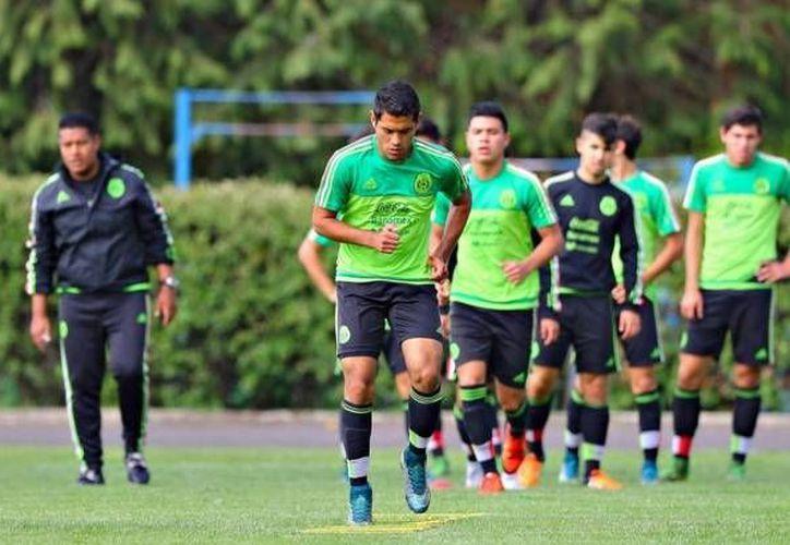 Jugadores de la Selección Mexicana Sub 17 entrenan en Chillán, Chile, donde se realiza la Copa del Mundo de la categoría. Este miércoles se anunció que algunos jugadores fueron sometidos a un examen en sus muñecas para comprobar que son menores de 17 años. (Twitter: miseleccion.mx)