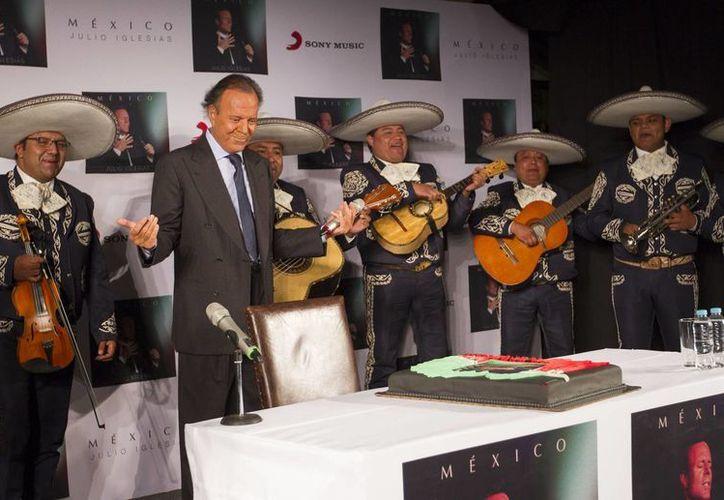 Julio Iglesias, quien recientemente celebró su cumpleaños y estrenó en México (foto) su álbum 'México', dijo que no volverá a cantar en ningún casino del magnate Donald Trump. (Notimex)