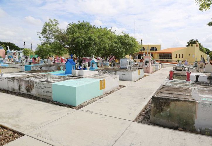 Los cementerios de Mérida reciben mantenimiento ante la proximidad del Día de Muertos. (SIPSE)