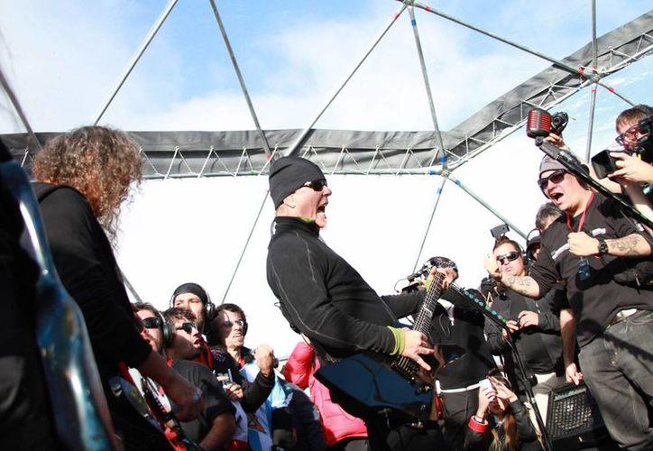 La banda Metallica estuvo acompañada en vivo por 19 fans y en internet por miles durante el primer concierto en la historia del Polo Sur. (EFE)
