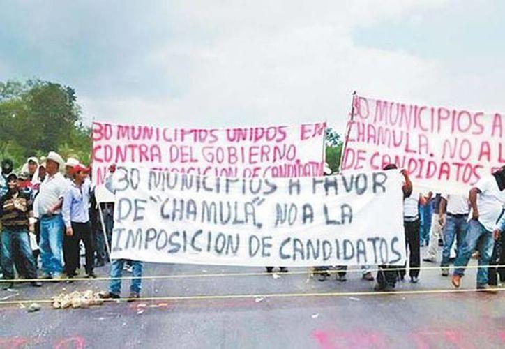 Los inconformes mostraron mantas durante su protesta en la autopista Tuxtla Gutiérrez-San Cristóbal de las Casas. (Juan de Dios García Davish)
