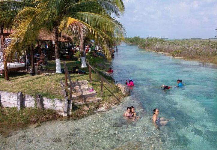 """El clima caluroso provocó que miles de bañistas acudieran este fin de semana a los centros recreativos, lo que """"oxigenó"""" las finanzas de las empresas que brindan servicios. (Foto: Javier Ortiz / SIPSE)"""
