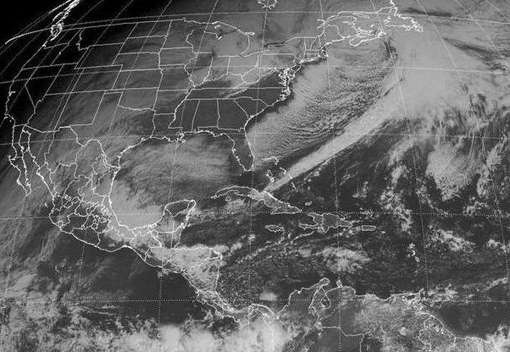 El frente frío número 18 localizado sobre la Bahía de Campeche, frente a la porción occidental de la Península de Yucatán, se mueve hacia el Sureste ocasionando descenso de la temperatura, así como nubosidad, lluvias y viento del Norte. (Redacción/SIPSE)