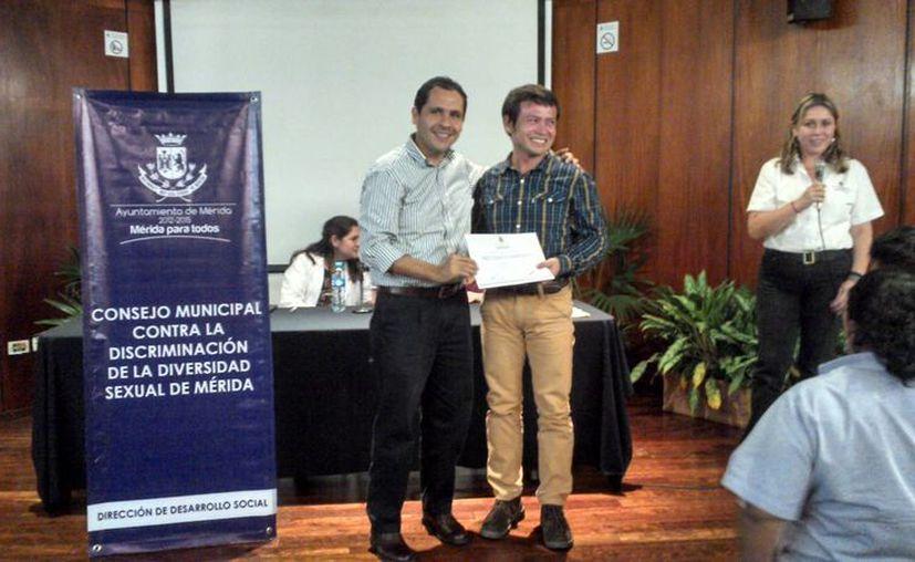 La mesa panel de VIH Sida la promovió el Consejo Municipal contra la discriminación sexual de Mérida, presidida por ediles priistas como Rubén Segura (izq). (SIPSE)