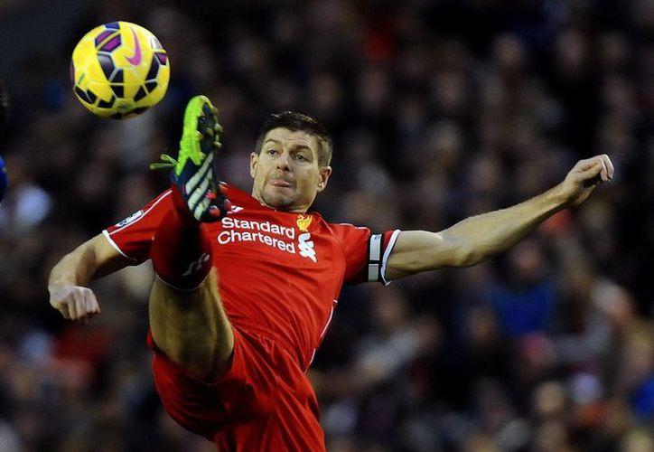 Steven Gerrard seguirá los pasos de su compatriota y compañero en la Selección inglesa, Frank Lampard, pues ambos jugarán en Estados Unidos. (EFE)