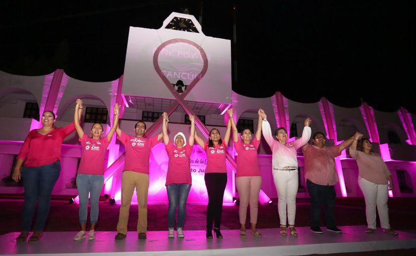 Mara Lezama encabezó el encendido de luces color rosa, mismas que iluminarán en el Palacio Municipal durante todo octubre. (Redacción/SIPSE)