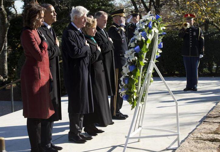 La primera dama Michelle Obama, el presidente Obama, el expresidente Bill Clinton y su esposa, la exsecretaria de Estado Hillary Rodham Clinton, colocaron una ofrenda floral en la tumba de John F. Kennedy. (Agencias)