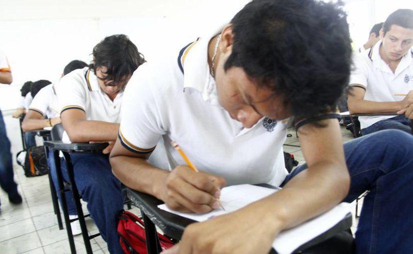 Según el MAES, la propia SEP reconoce que el examen de selección para acceder a universidades no mide conocimientos. (Archivo/Christian Ayala)