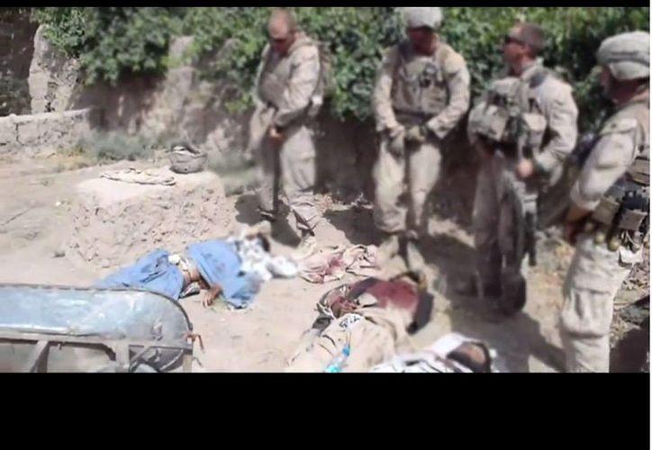 Chamblin (en la gráfica, con soldados bajo su mando) alcanzó el grado de sargento antes de ser cesado. (YouTube)