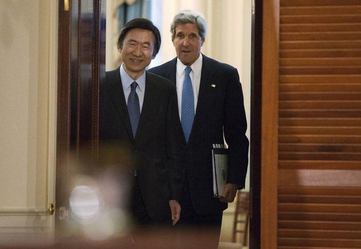 El secretario de Estado estadounidense, John Kerry (der), entra en una conferencia de prensa con el canciller surcoreano, Yun Byung-Se. (Agencias)