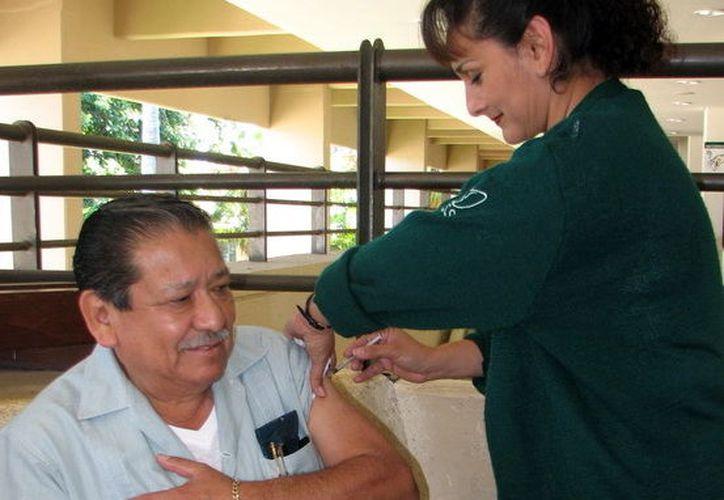 Recomiendan la vacunación entre adultos mayores e infantes. (Foto: Milenio Novedades)