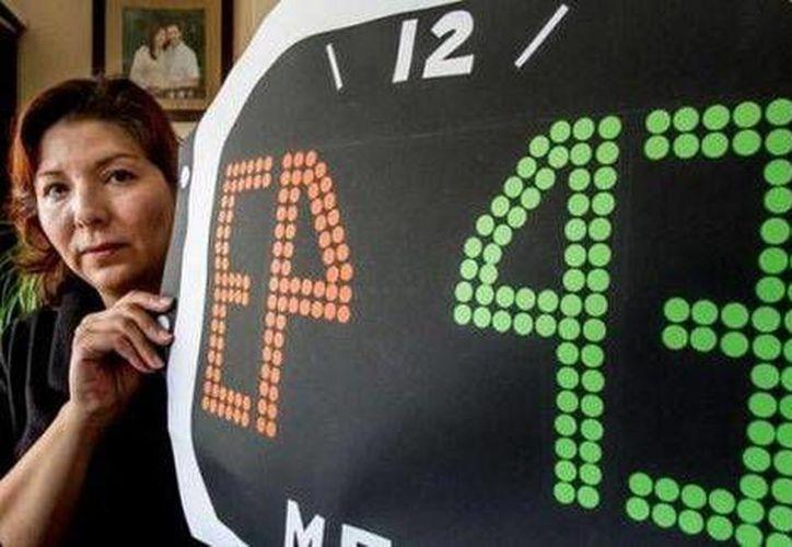 Dianeth Pérez, mexicana que radica en Holanda y organizadora de la protesta,  con el cartel que se mostrará durante el partido entre México y Holanda, en alusión a los 43 normalistas desaparecidos. (Cortesía Metro)