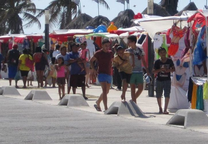 Multitudinario domingo de playa en Progreso. (Óscar Pérez/SIPSE)