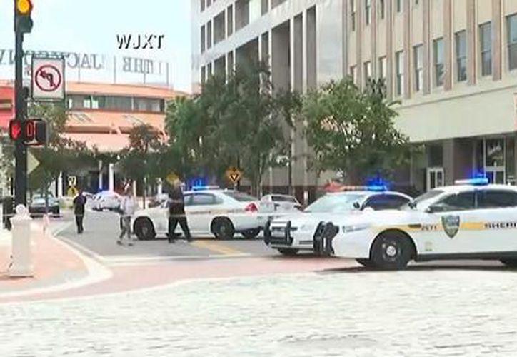 La Oficina del Sheriff de la ciudad de Jacksonville, en Florida pide a los residente mantenerse alejados del mercado de la ciudad. (Univisión)