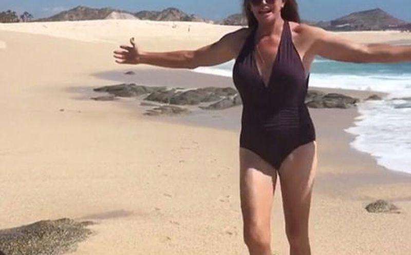 Caitlyn Jenner en traje de baño tras cirugía de cambio de sexo