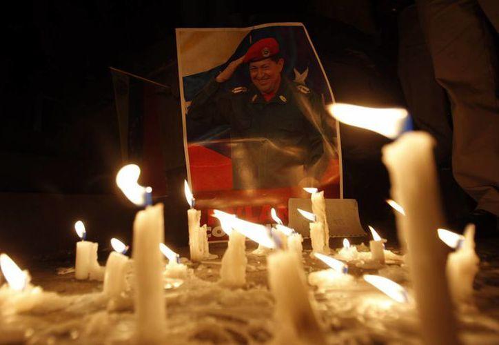 Muestras de afecto hacia el extinto presidente, fallecido el 5 de marzo de 2012. (Agencias)