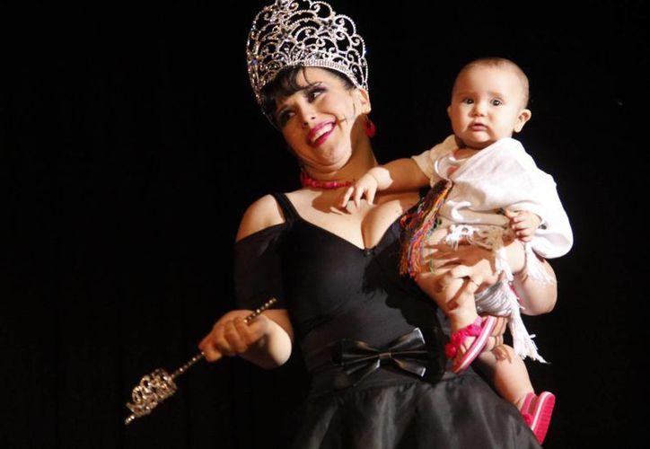 Angélica Vale ya es Reina de la Televisión en Yucatán 2013. La acompaña su hija Angélica Padrón Vale. (Juan Carlos Albornoz/SIPSE)