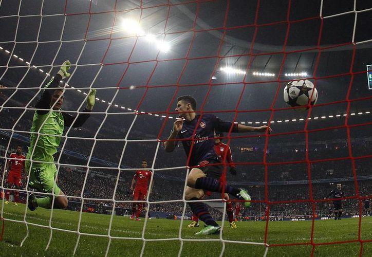 Olivier Giroud puso el 1-0  a los tres minutos, pero el Arsenal no pudo emular al Barsa. (Agencias)