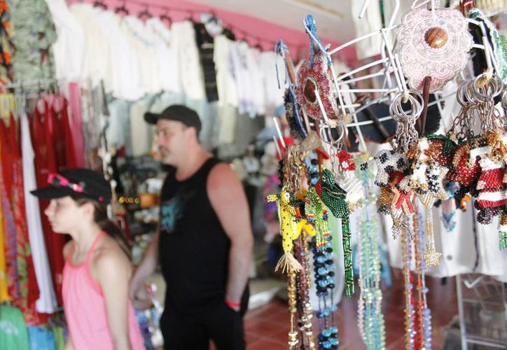 Desde hace un año los 250 locatarios han visto bajar la afluencia de turistas. (Tomás Álvarez/SIPSE)