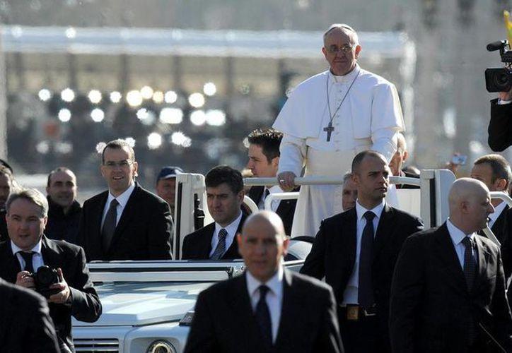 El papa Francisco llega a la plaza de San Pedro del Vaticano a bordo de un vehículo descubierto para oficiar la misa solemne de inicio de su Pontificado. (Archivo/EFE)