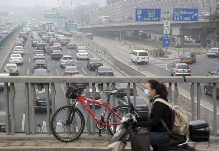 En algunas zonas de Beijing el smog redujo la visibilidad a menos de 500 metros, dijo el Centro Meteorológico Nacional. (Agencias)