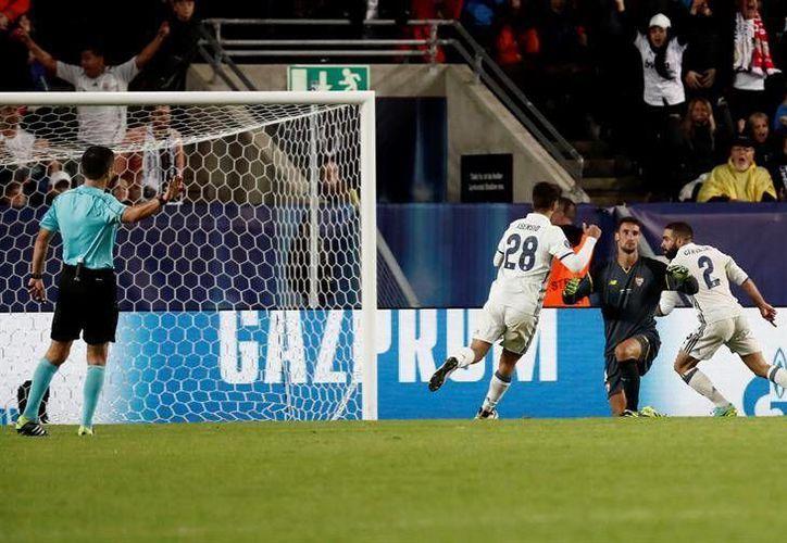 Carvajal (d) celebra tras marcar el gol del título ante el Sevilla, durante la final de la Supercopa de Europa 2016 que se disputa esta noche en el estadio de Lerkendal, en la ciudad noruega de Trondheim. (EFE)