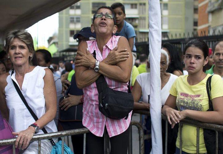 Nicolás Maduro asegura que tiene 'fe absoluta' en la recuperación económica de Venezuela; mientras tanto, los venezolanos siguen sufriendo la escasez de alimentos, medicamentos y otros básicos. (AP)