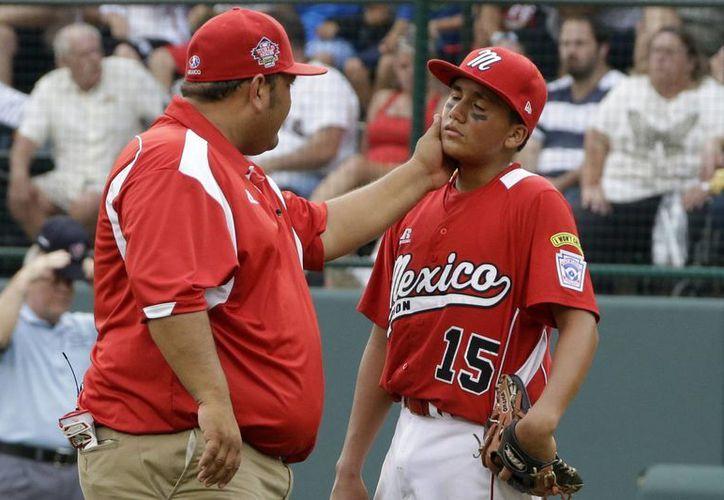 El entrenador de la selección mexicana Pedro Artalejo consuela al pitcher Ramón Mendoza. (Agencias)