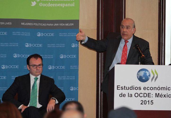 El secretario de Hacienda, Luis Videgaray Caso, y el secretario general de la OCDE, José Ángel Gurría, en la presentación del Estudio Económico de México 2015, elaborado por ese organismo. (Notimex)