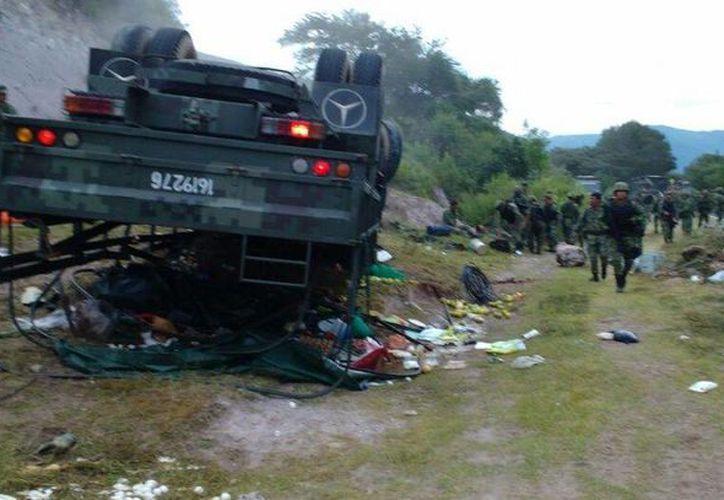 El camión número 1619276 quedó con las llantas hacia arriba. (guerrero.quadratin.com.mx)