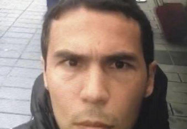 Imagen del hombre que se cree es el pistolero que mató a decenas de personas en una discoteca de Estambul. (DHA-Depo Fotos vía AP)
