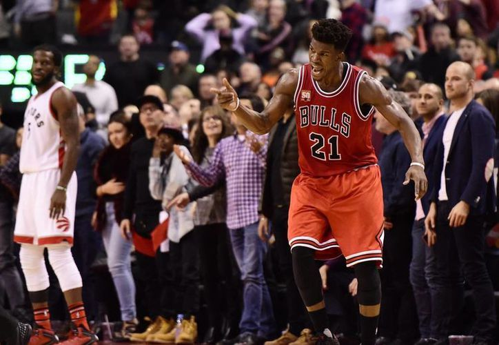 Jimmy Buttler rompió la marca de más puntos en un segundo tiempo con los Bulls al llegar a 42, además de conseguir cuatro rebotes y cinco asistencias. Con esto Chicago venció a Toronto por 115-113 este domingo. (Imágenes de AP)