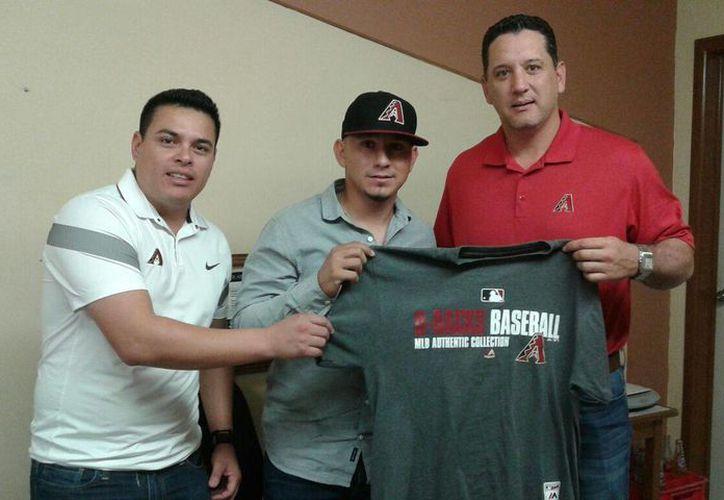 El lanzador Miguel Aguilar, nacido en Ciudad Obregón, firmó este lunes en Sonora para jugar con los Diamondbacks de Arizona en Grandes Ligas. Se trata del cuarto jugador de Leones que este mismo año firma con Las Mayores. (Fotos: SIPSE)
