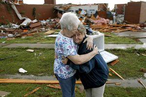 Tornado deja destrucción a su paso por Oklahoma