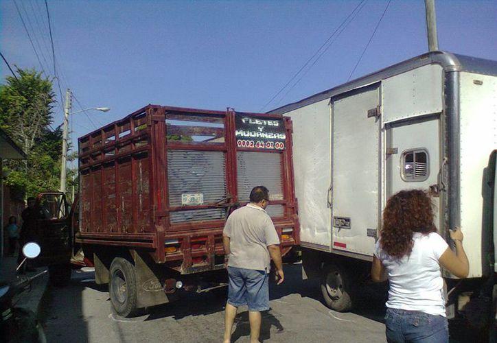 En el accidente las dos camionetas quedaron 'atoradas' provocando caos vial. (Milenio Novedades)
