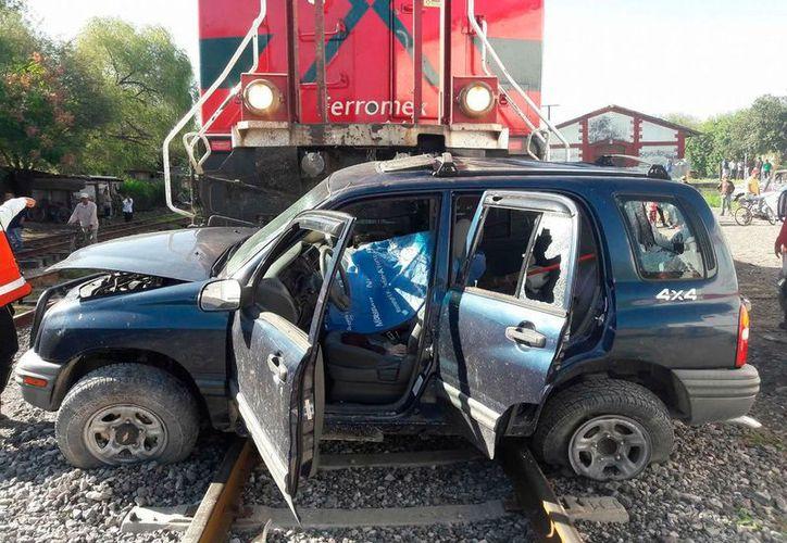 Los hombres buscaban atravesar las vías del tren, cuando fueron impactados. (Foto: @info7xs/Twitter)