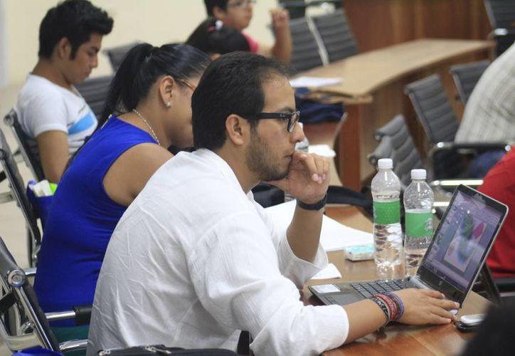 Profesionistas de Quintana Roo no encuentran empleos 'bien' remunerados, de acuerdo a sus estudios. (Harold Alcocer/SIPSE)