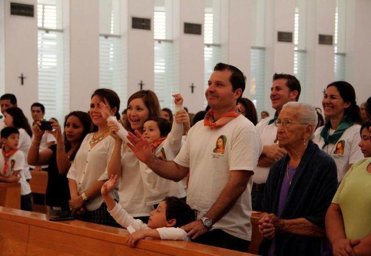 Familias enteras colmaron la iglesia de Cristo Resucitado. (José Acosta/SIPSE)