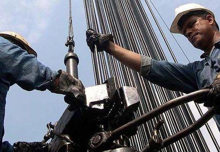 La resistencia de los países que integran la OPEP a recortar su plataforma de producción y la débil demanda por el energético a nivel internacional  impactarán el tipo de cambio. (Milenio)