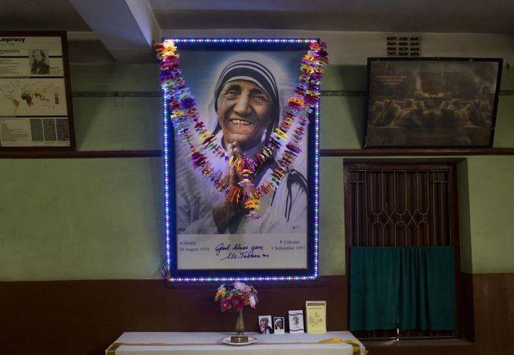 En India, Santa Teresa de Calcuta es una de las figuras más respetadas debido a su interesante labor humanitaria. Pese a ello y tras su canonización, surgen polémicas historias alrededor de la religiosa. (AP/Bernat Armangue)