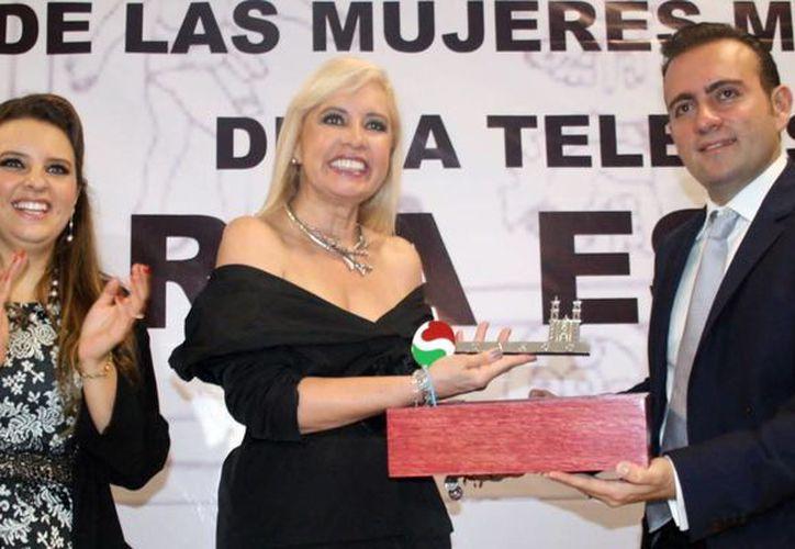 Según Carla Estrada, el programa 'Hoy' tiene un contenido con mensajes propositivos. En la foto recibe las llaves de la ciudad de Taxco de Alarcón, en Guerrero. (Foto de archivo de Notimex)