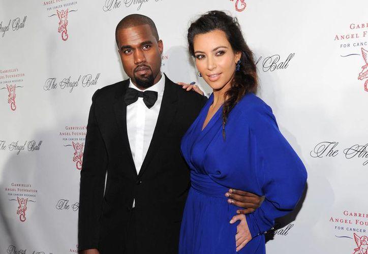 Kim y su pareja Kane West durante un evento de la Gabrielle's Angel Foundation. (Agencias)