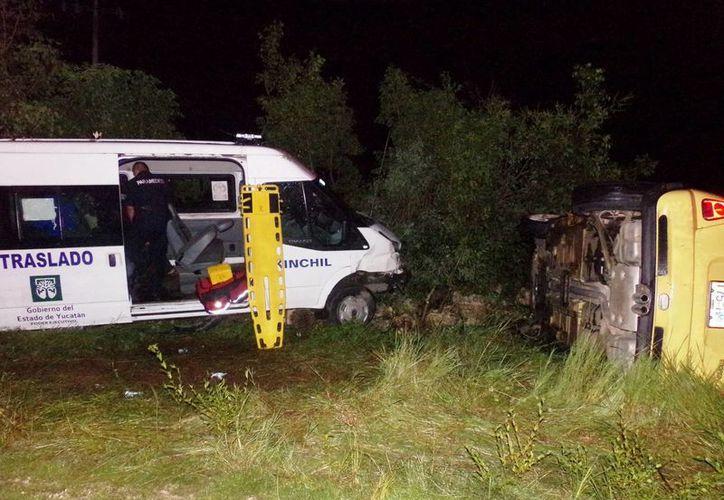Una ambulancia de traslado, con numerosas personas que regresaban a su pueblo, se impactó contra un Mini Cooper en la vía Tetiz-Kinchil. (Milenio Novedades)
