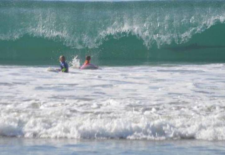 La madre de los jóvenes dijo que no se percató de la presencia del tiburón sino hasta que revisó las fotografías. (losangeles.cbslocal.com)