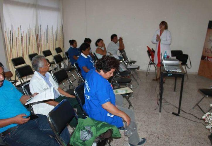 Trabajadores de la Universidad de Quintana Roo asisten a las pláticas. (Cortesía/Uqroo)