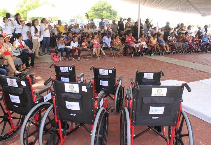 Muchas personas con discapacidad motriz necesitan sillas de ruedas. (Sergio Orozco/SIPSE)
