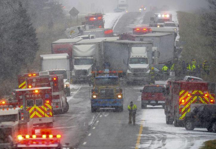 Los equipos de emergencia trabajan en el choque múltiple en la I-96 entre Webberville y Fowlerville, Michigan, este jueves. (Dave Wasinger/Lansing State Journal vía AP)