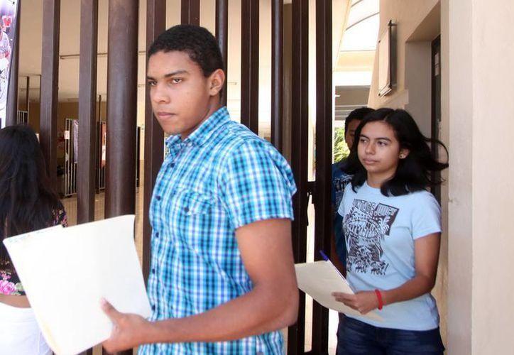 Miles de jóvenes llegan apurados a las sedes de las evaluacions del Exani-I. (Amílcar Rodríguez)