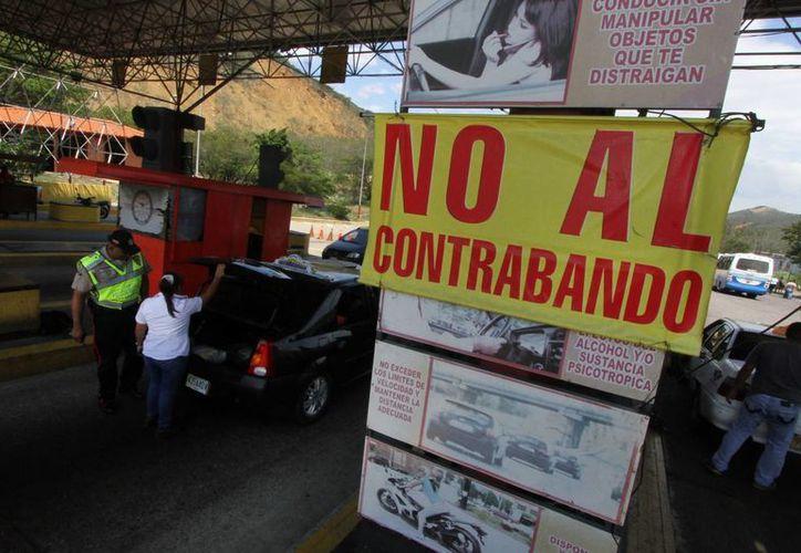 Un cartel en el cruce fronterizo de San Antonio, en la frontera de Venezuela con Colombia, trata de desalentar el contrabando. (Agencias)