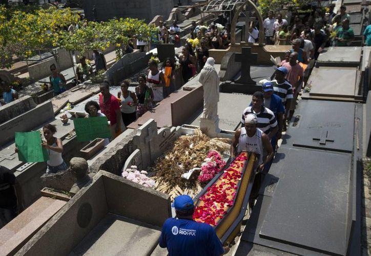 La muerte de Larissa, una niña de cuatro años, conmocionó a la sociedad brasileña. La pequeña cayó muerta por una bala perdida y nadie escuchó detonaciones de arma de fuego. (AP)